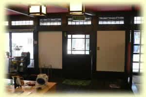 薬煎院薬局の壁は漆喰仕上げです
