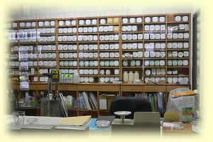 広く明るい薬煎院薬局の調剤室
